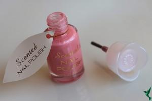 Para além de dar cor às tuas unhas, um verniz perfumado deixa-as com um aroma irrestível