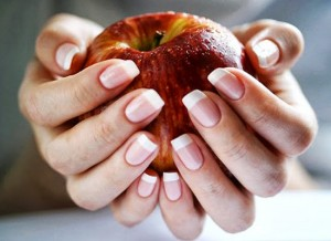 Uma alimentação saudável ajuda no crescimento e fortalecimento das unhas